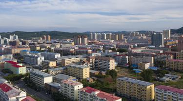 Foto dari udara pada 8 Agustus 2020 menunjukkan pemandangan Kota Fuyuan di Provinsi Heilongjiang, China timur laut. Kota Fuyuan berhasil mengentaskan kemiskinan dengan mengembangkan pariwisata, perdagangan, pertanian modern, berbagai industri jenis baru, dan perikanan yang khas. (Xinhua/Xie Jianfei)