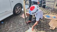 Reuni 212 Selesai, Peserta Bersihkan Sampah di Monas (Liputan6.com/Rizki Putra Aslendra)