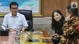 Menteri Pariwisata dan Ekonomi Kreatif Wishnutama (kiri) didampingi Wakil Menteri Angela Tanoesoedibjo (tengah) saat menerima kunjungan jajaran Emtek dan SCM Group di Kantor Kemenpar, Jakarta, Jumat (8/11/2019). Kunjungan tersebut untuk membahas kerja sama di sektor media. (Liputan6.com/JohanTallo)