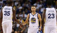 Stephen Curry #30 memberikan salam kepada rekan setimnya usai kalah dari Houston Rockets pada laga perdana NBA 2017 di Oracle Arena, Oakland, (17/10/2017).  Rockets menang 122-121. Rockets menang 122-121. (Ezra Shaw/Getty Images/AFP)