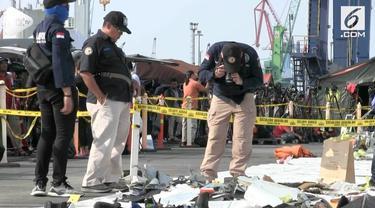 Puslabfor polri mengambil sampel serpihan pesaat dan barang-barang milik penumpang korban musibah Lion JT 610.  sampel-sampel itu akan dibawa ke laboratorium guna penyelidikan lebih lanjut