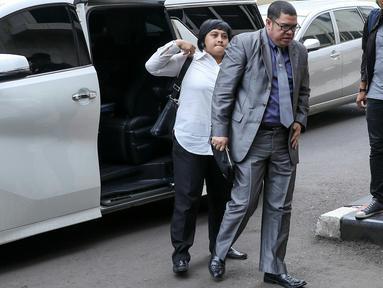 Pengacara Abdul Aziz alias Daeng Aziz, Razman Arif Nasution tiba di Polda Metro, Jakarta, Rabu (24/2).  Aziz akan diperiksa terkait bisnis prostitusi serta keberadaan minuman keras dan ratusan senjata tajam di kafenya. (Liputan6.com/Yoppy Renato)