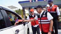 PT Hutama Karya (Persero) (Hutama Karya) membagikan buku saku kepasa pengendara di Gerbang Tol Bakauheni Selatan, Lampung, Selasa (24/12/2019).