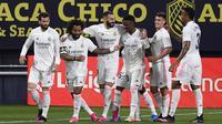 Pemain Real Madrid Karim Benzema (ketiga kiri) merayakan bersama rekan satu timnya usai mencetak gol ke gawang Cadiz pada pertandingan La Liga Spanyol di Stadion Ramon Carranza, Cadiz, Spanyol, Rabu (21/4/2021). Real Madrid menang 3-0. (AP Photo/Jose Breton)