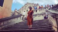 Najwa Shihab saat jalan-jalan ke lokasi syuting serial Game of Thrones di Dubrovnik, Kroasia. (dok. Instagram @najwashihab/https://www.instagram.com/p/By7p_sgDaMW/Putu Elmira)