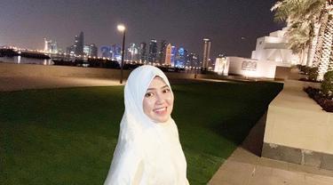 Via Vallen, penyanyi asal Sidoarjo yang penampilannya semakin cantik saja. Pelantun lagu Sayang beberapa kali terlihat memakai hijab terutama saat sedang berada di Sidoarjo. Penampilannya memakai hijab ini menuai banyak pujian dari netizen. (Liputan6.com/IG/@viavallen)