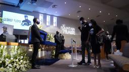 Pelayat memberi penghormatan terakhir untuk George Floyd di Gereja The Fountain of Praise, Houston, Amerika Serikat, Senin (8/6/2020). Ribuan pelayat datang memberi penghormatan terakhir untuk George Floyd yang akan dimakamkan. (AP Photo/David J. Phillip, Pool)