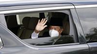 Perdana Menteri Malaysia Muhyiddin Yassin melambai dari mobil saat memasuki Istana Nasional untuk bertemu dengan raja di Kuala Lumpur, Malaysia, Senin (16/8/2021). Muhyiddin Yassin mundur dari jabatannya sebagai Perdana Menteri Malaysia. (AP Photo/FL Wong)