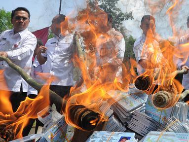 Petugas Kementerian Dalam Negeri (Kemendagri) membakar E-KTP rusak di Gudang Kemendagri di Bogor, Jawa Barat, Rabu (19/12). Kemendagri memusnahkan 1.378.146 keping E-KTP dan blanko yang rusak. (Merdeka.com/Arie Basuki)