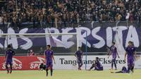 Pemain Persita Tangerang tampak kecewa usai gawangnya dibobol PSS Sleman pada laga Liga 2 di Stadion Benteng Taruna, Tangerang, Jumat (26/10/2018). Kedua tim bermain imbang 1-1. (Bola.com/M Iqbal Ichsan)