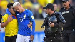Fans asal Ekuador masuk ke lapangan dan memeluk bintang Brasil, Neymar Jr pada kualifikasi piala Dunia 2018 antara Brasil vs Ekuador di Atahualpa stadium, Quito, (2/9/2016) dini hari WIB. (AFP/ Rodrigo Buendia)