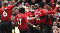 Para pemain Manchester United merayakan gol yang dicetak Romelu Lukaku ke gawang Southampton pada laga Premier League di Stadion Old Trafford, Manchester, Sabtu (2/3). MU menang 3-2 atas Southampton. (AFP/Oli Scarff)