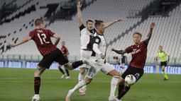 Pemain Juventus Cristiano Ronaldo berusaha melewati pertahanan AC Milan saat bertanding pada leg kedua Coppa Italia di Allianz Stadium, Turin, Italia, Jumat (12/6/2020). Juventus sukses melaju ke final Coppa Italia setelah bermain 0-0. (AP Photo/Luca Bruno)