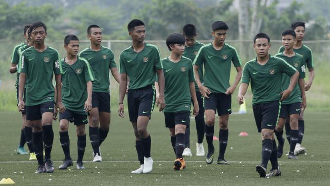 Pemain Timnas Indonesia U-16 saat pemusatan latihan di Sawangan, Senin (13/5). Sebanyak 41 anak mengikuti seleksi untuk memperkuat timnas di Piala AFF U-15 2019 di Thailand. (Bola.com/M Iqbal Ichsan)