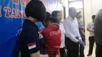 Yuni (baju merah) membunuh dan membuang bayi yang baru dilahirkannya. (Liputan6.com/Pramita Tristiawati)