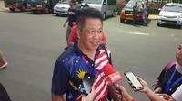 Staf kedubes Malaysia, Rosmal Malek, memuji peran petugas keamanan yang memberikan jaminan untuk suporter tamu pada laga melawan Timnas Indonesia. (Bola.com/Zulfirdaus Harahap)