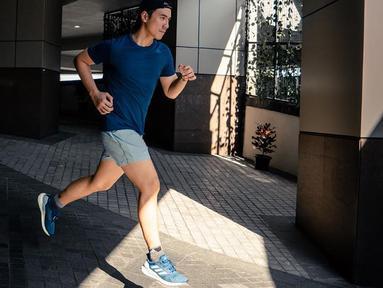 Daniel Mananta diketahui sudah menyukai lari sejak sebelum menjadi VJ, tapi masih belum menekuninnya. Sejak mengikuti marathon tiga tahun lalu di Bali, Daniel langsung ketagihan. Tak heran jika pria 37 tahun ini selalu menyempatkan diri untuk berlari di sekitar rumah.(Liputan6.com/IG/@vjdaniel)