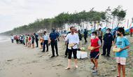 Presiden Joko Widodo atau Jokowi melakukan kegiatan pelepasliaran tukik di Pantai Kemiren, Kecamatan Cilacap Selatan, Jawa Tengah, Kamis (23/9/2021). (Biro Pers Sekretariat Presiden)