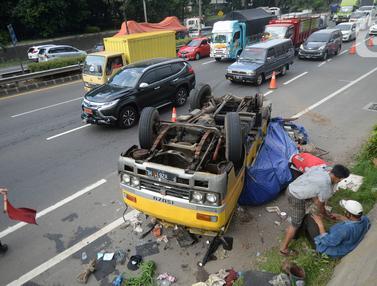 Ban Lepas, Truk Terbalik di Jalan Tol Lingkar Luar Jakarta