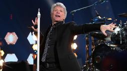 Aksi Jon Bon Jovi saat tampil di atas panggung iHeartRadio Music Awards 2018 di Inglewood, California, (11/3). iHeartRadio Music Awards adalah sebuah penghargaan musik untuk musisi dunia yang lagunya didengar sepanjang tahun. (AFP Photo/Christopher Polk)