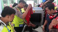 Suporter Timnas Indonesia saat menjalani pemeriksaan sebelum masuk ke Stadion Patriot Candrabhaga, Bekasi, Minggu (12/8/2018), untuk mendukung Timnas Indonesia U-23 vs Chinese Taipei di Grup A Asian Games 2018. (Bola.net/Fitri Apriani)