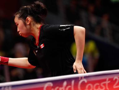 Justina Yeung dari Kanada mengembalikan bola pukulan Tin Tin Ho dari Inggris saat bertanding pada perempat final tim putri di Commonwealth Games 2018 di Gold Coast di Oxenford Studios (7/4). (AFP Photo/Adrian Dennis)
