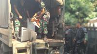 Anggota TNI juga sudah mengangkut barang-barang warga kompleks Kodam, Tanah Kusir. (Liputan6.com/Putu Merta)