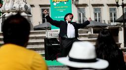 Seorang pesulap tampil dalam Festival Dunia Sulap Jalanan Lisbon di Lisbon, Portugal (25/8/2020). Total 15 pesulap akan mempersembahkan 150 pertunjukan di kota tersebut, dengan menerapkan langkah-langkah keamanan untuk mencegah penyebaran COVID-19. (Xinhua/Pedro Fiuza)