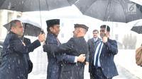 Presiden Afghanistan Ashraf Ghani merangkul Presiden RI Joko Widodo (Jokowi) saat menyambut kedatangannya di tengah hujan salju, dalam kunjungan kenegaraan di Istana Presiden Arg, Kabul, Senin (29/1). (Liputan6.com/Pool/Biro Pers Setpres)