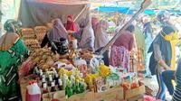 Sejumlah warga menyerbu lods di Pasar Regional Mamuju karena menjual telur dengan harga yang sangat murah (Liputan6.com/Abdul Rajab Umar)