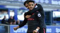 Pemain Arsenal, Alexis Sanchez (kiri) menutup kemenangan timnya dengan satu gol pada menit ke-90 saat melawan Everton pada laga Premier League di Goodison Park, Liverpool, (22/10/2017). Arsenal menang 5-2. (AFP/Oli Scarff)