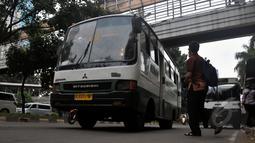 Ahok menilai Bus Kopaja mini sudah tidak layak beroperasi di Jakarta, Jumat (8/5/2015). Pemerintah Provinsi DKI Jakarta secara bertahap membenahi angkutan masal tersebut. (Liputan6.com/Johan Tallo)