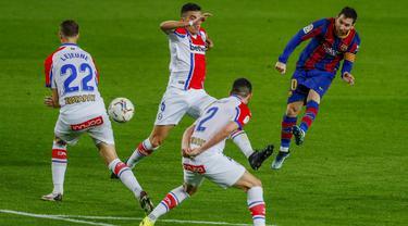 Striker Barcelona, Lionel Messi, melepaskan tendangan saat melawan Alaves pada laga Liga Spanyol di Stadion Camp Nou, Sabtu (14/2/2021). Barcelona menang dengan skor 5-1. (AP Photo/Joan Monfort)
