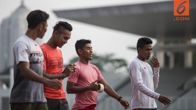 Pelari Indonesia, Lalu Zohri (kanan), bersama tim estafet saat pemusatan latihan di Stadion Madya Senayan, Jakarta, Kamis (2/8/2018). Pemusatan latihan ini merupakan persiapan jelang Asian Games XVIII. (Bola.com/Vitalis Yogi Trisna)#source%3Dgooglier%2Ecom#https%3A%2F%2Fgooglier%2Ecom%2Fpage%2F%2F10000