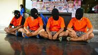 Empat pelaku keributan berdarah di Pujasera Riau Foodcourt di Mapolresta Pekanbaru. (Liputan6.com/M Syukur)