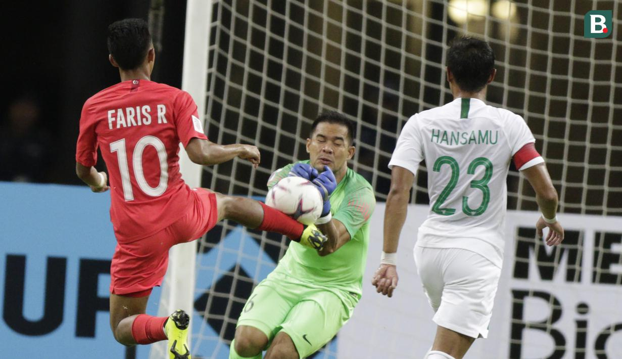 Kiper Timnas Indonesia, Andritany Ardhiyasa, menangkap bola saat melawan Singapura pada laga Piala AFF di Stadion Nasional, Singapura, Jumat (9/11). Singapura menang 1-0 atas Indonesia. (Bola.com/M. Iqbal Ichsan)