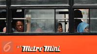 Sejumlah penumpang duduk di dalam metromini di Terminal Blok M Jakarta, Senin (21/12/2015). Meski diwarnai isu pemogokan namun sebagian pengemudi metromini memilih tetap beroperasi. (Liputan6.com/Helmi Fithriansyah)