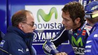 Valentino Rossi yang sedang berbicara dengan bos krunya di garasi pada MotoGP Australia 2016. (AP Images/Glenn Nicholls)