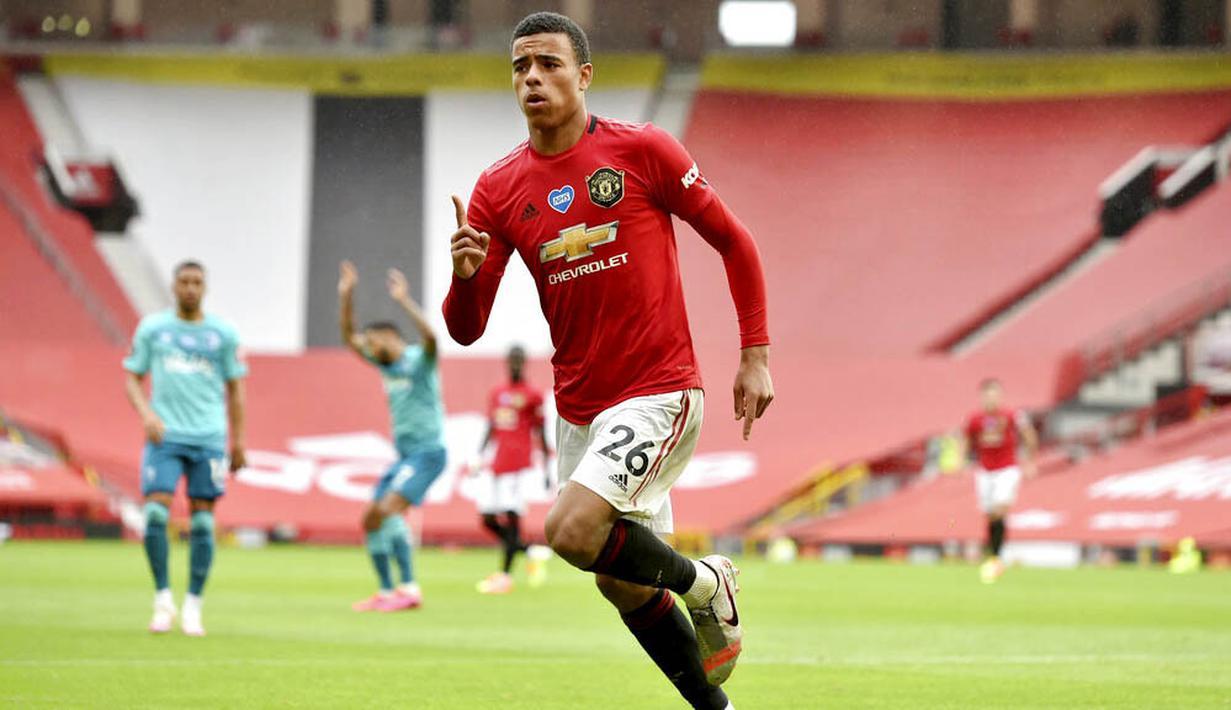 Pemain Manchester United, Mason Greenwood, melakukan selebrasi usai membobol gawang Bournemouth pada laga Premier League di Stadion Old Trafford Sabtu (4/6/2020). Manchester United menang 5-2 atas Bournemouth. (AP/Peter Powell)
