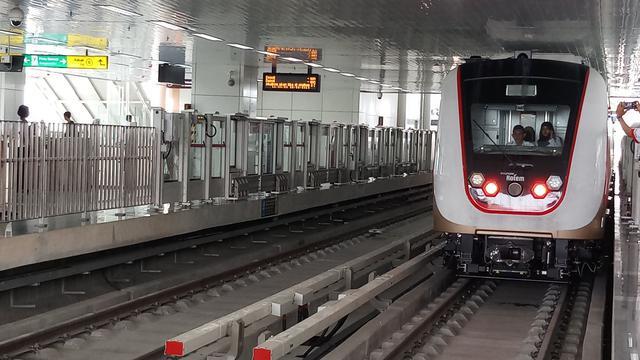 Mengintip LRT Jakarta yang siap beropersi pada Maret 2019, Senin (25/2/2019). (Bawono/Liputan6.com)