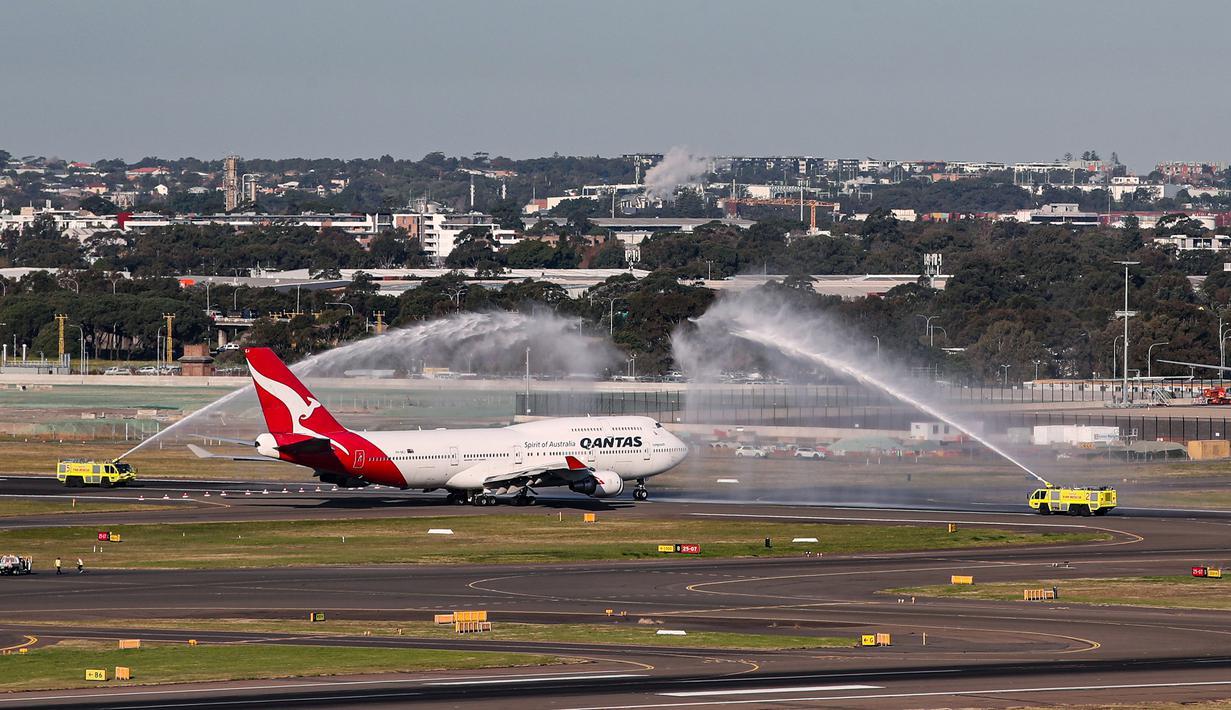 Pesawat penumpang jumbo Boeing 747 terakhir milik maskapai nasional Australia Qantas menerima semprotan air tanda penghormatan saat akan lepas landas di Sydney, Australia, Rabu (22/7/2020). Dengan mengudaranya penerbangan QF7474, Boeing 747 resmi dipensiunkan dari Qantas. (Xinhua/Bai Xuefei)