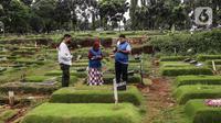 Umat Muslim berdoa di makam keluarga saat  melakukan ziarah di Tempat Pemakaman Umum (TPU) Pondok Ranggon, Jakarta, Minggu (04/04/21). Meskipun di tengah pandemi Covid-19 warga tetap melakukan tradisi ziarah kubur menjelang bulan Ramadan. (Liputan6.com/Faizal Fanani)