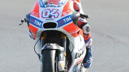 Pembalap Tim Ducati Corse, Andrea Dovizioso melakukan selebrasi di atas motornya usai keluar sebagai yang tercepat dalam GP Inggris di Sirkuit Silverstone, Minggu (27/8). Dovizioso finis dengan catatan waktu 40 menit 45,486 detik. (AP Photo/Rui Vieira)