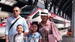 Krisdayanti dan Raul Lemos tidak ingin melewatkan kesempatan untuk dapat berkunjung ke stadion Juventus dengan menggunakan kereta. (Liputan6.com/IG/krisdayantilemos)