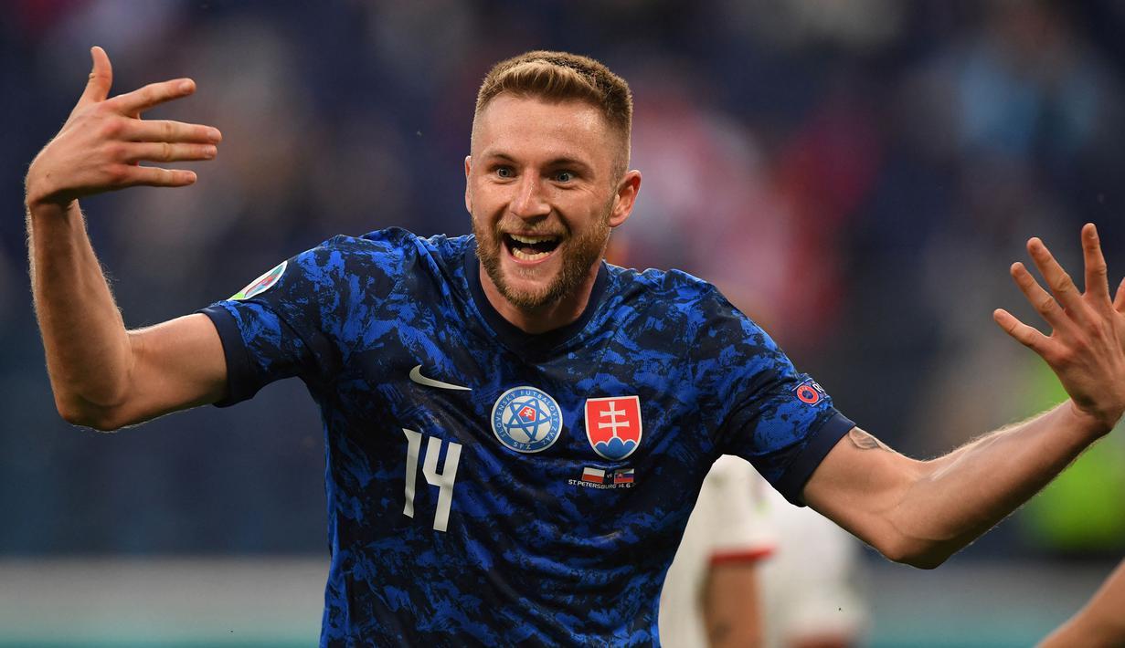 Milan Skriniar menjadi aktor penentu kemenangan ketika Slovakia bertemu dengan Polandia. Tugasnya di lini belakang yang sangat baik ditambah gol penentu yang ia lesatkan pada pertandingan itu, membuatnya menjadi pemain terbaik di laga itu. (Foto: AFP/Pool/Kirill Kudryavtsev)