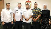 Foto bersama Pj Walikota Makassar Iqbal Suhaeb dan segenap jajaran Diskominfo ketika melakukan audiensi persiapan implementasi aplikasi Qlue di makassar. Kredit: Qlue