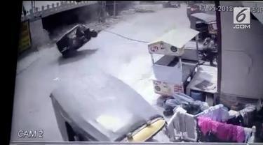 Tiang listrik tegangan tinggi jatuh menimpa kendaraan yang melaju. Beruntung pengemudi dan penumpang selamat dan tidak mengalami luka apapun.