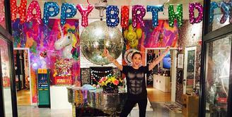 Miley Cyrus baru saja merayakan ulang tahun yang ke-24 pada 23 November lalu. Terlihat dirinya dibanjiri balon dan bunga pemberian dari sang kekasih, Liam Hemsworth. (Instagram/Mileycyrus)