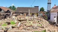 Bangunan rumah yang ambruk rata dengan tanah di Desa Majangtengah, Dampit, Kabupaten Malang, dampak gempa yang terjadi di Malang pada Sabtu, 10 April 2021 (Liputan6.com/Zainul Arifin)