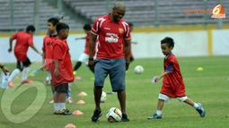 Para peserta coaching clinic terlihat ceria dan bersemangat mendapat sedikit pelatihan dari eks pemain bintang Liga Premier Inggris (Liputan6.com/ Helmi Fithriansyah)